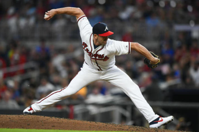 Braves re-sign reliever O