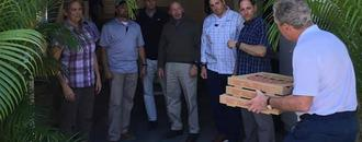 George W. Bush delivers pizza to Secret Service agents working during government shutdown